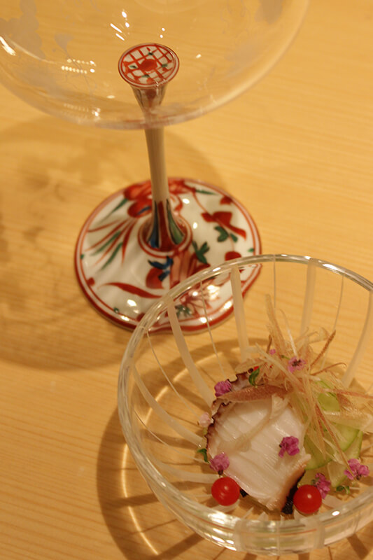 その雰囲気に合わせるように選ばれた美しく繊細な切子や特注の食器など、随所にこだわりを感じることが出来ます。