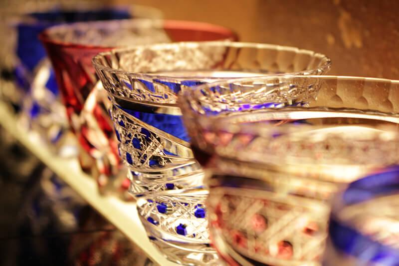 内装采用的是日本著名陶器備前焼,墙壁上贴满由著名備前焼师傅伊勢崎亲自烤制的陶器。