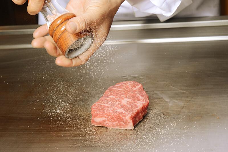 一般の熟成肉とは異なり、「生体熟成」にこだわり、肉の旨みが最も凝縮される肥育期間で和牛を選別し、厳選した肉のみを提供致します。