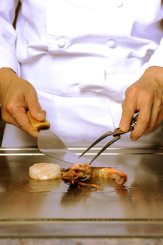 備前焼(家伊勢崎 競先生の作品)の食器をはじめ、有田焼などの日本伝統の和食器を使用。