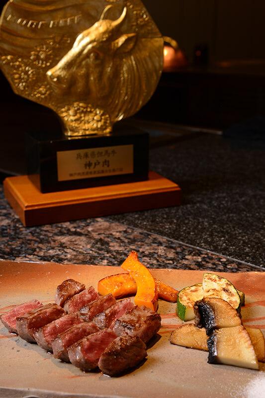 地元でしか作られていない伝統野菜を、日本各地から厳選し、お客様の目の前で焼き上げていきます。有機栽培の野菜作りにこだわり、生でも美味しく食べられるのが特徴です。
